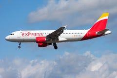 Passagierflugzeuglandung Iberia Express-Airbusses A320 EC-LVQ an Frankfurt-Flughafen stockfotografie