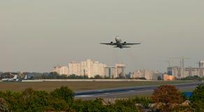 Passagierflugzeugstart-Flugplatzstreifen auf dem Hintergrund der Stadt Stockbild