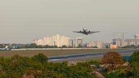 Passagierflugzeugstart-Flugplatzstreifen auf dem Hintergrund der Stadt Lizenzfreie Stockfotografie