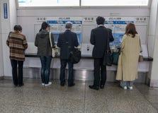 Passagierkaufbahnfahrkarten von automatisierten Kartenmaschinen in Kobe, Japan lizenzfreie stockfotos