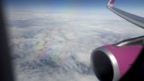 Passagierpassagierflugzeug, das hoch in Himmel, in Ansicht durch Fenster am Flügel und in Maschine fliegt stock footage