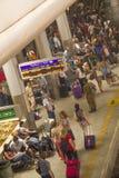 Passagiers in Ben Gurion Airport Train Station, Israël Stock Foto's