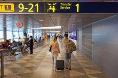 Passagiers bij de internationale luchthaven van Helsinki vantaa Stock Foto's