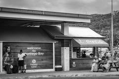 Passagiers bij de Internationale Luchthaven van Sangster in Montego Bay Jamaïca royalty-vrije stock afbeeldingen
