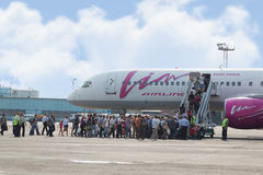 Passagiers bij het inschepen aan vliegtuig van Vim luchtvaartlijn van Avia Royalty-vrije Stock Foto