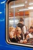 Passagiers bij tram, STOCKHOLM stock afbeelding