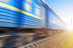 Passagiers blauwe wagens bij een snelheid die spoorweg overgaan royalty-vrije stock afbeelding