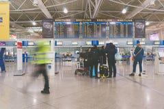 Passagiers in de Internationale Luchthaven van Athene De motie van het onduidelijke beeld Stock Foto's