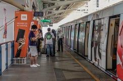 Passagiers die bij BTS-Post in Bangkok wachten royalty-vrije stock foto's