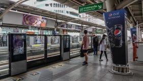 Passagiers die bij BTS-Post in Bangkok wachten stock foto