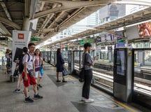 Passagiers die bij BTS-Post in Bangkok wachten royalty-vrije stock afbeelding
