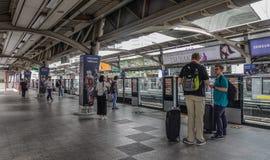 Passagiers die bij BTS-Post in Bangkok wachten stock afbeeldingen