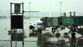 passagiers die bij het inschepen van brug bij jetway luchthaven lopen stock video