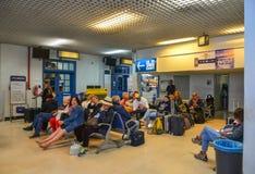 Passagiers die bij internationale luchthaven wachten royalty-vrije stock foto