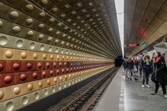 Passagiers die bij metropost wachten royalty-vrije stock afbeeldingen
