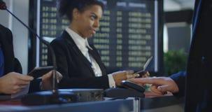 Passagiers die biometrische controle in luchthaven overgaan stock footage
