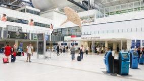 Passagiers die in de de Kooi d'Azur luchthaven van Nice lopen Stock Fotografie