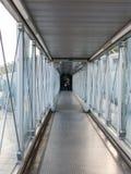 Passagiers die de luchthavenbrug ingaan om aan het vliegtuig te verbinden stock foto