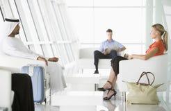 Passagiers die in de zitkamer van het luchthavenvertrek wachten Royalty-vrije Stock Fotografie