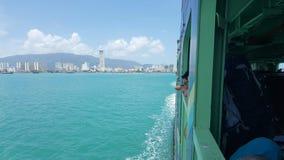 Passagiers die door het veerbootvenster kijken stock afbeeldingen