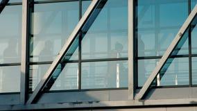 Passagiers die door jetway inschepen stock videobeelden