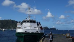Passagiers die een inter-eilandveerboot in de Caraïben inschepen stock video