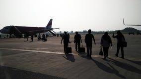 Passagiers die een vliegtuig inschepen Stock Fotografie