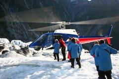 Passagiers die die helikopter inschepen op ijs is geland stock afbeelding