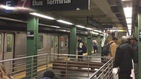 Passagiers die het Vierkant van metroniveaus af en toe veranderen stock video