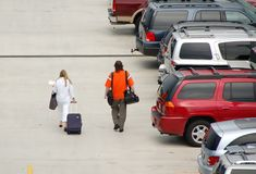 Passagiers die luchthaven naderen stock foto's