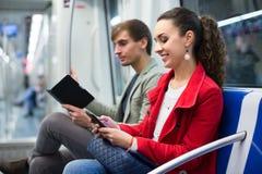 Passagiers die in metro wagen lezen royalty-vrije stock afbeelding