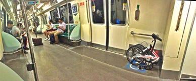 Passagiers die mobiele telefoons op MRT trein met behulp van royalty-vrije stock foto