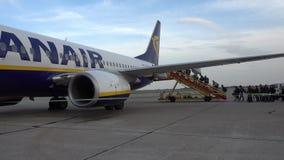 Passagiers die op de vliegtuigen van lage kostenluchtvaartmaatschappij Ryanair inschepen stock video