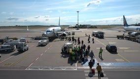 Passagiers die op de vliegtuigen van lage kostenluchtvaartmaatschappij Ryanair inschepen stock footage
