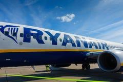 Passagiers die op de vliegtuigen van lage kostenluchtvaartmaatschappij Ryanair inschepen Royalty-vrije Stock Foto's