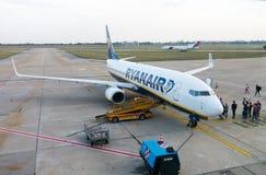 Passagiers die op de vliegtuigen van lage kostenluchtvaartmaatschappij Ryanair inschepen Stock Afbeeldingen