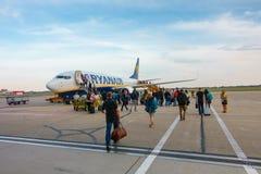 Passagiers die op de vliegtuigen van lage kostenluchtvaartmaatschappij Ryanair inschepen Royalty-vrije Stock Afbeeldingen