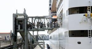 Passagiers die op een lijnboot inschepen Stock Afbeelding
