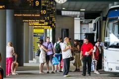 Passagiers die op hun bus op het platform in Minsk wachten royalty-vrije stock afbeeldingen