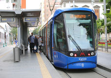 Passagiers die op tram in Tenerife krijgen Royalty-vrije Stock Afbeeldingen