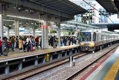 Passagiers die op trein, Osaka Station wachten Royalty-vrije Stock Afbeelding