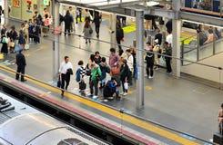 Passagiers die in Osaka Station wachten Royalty-vrije Stock Foto