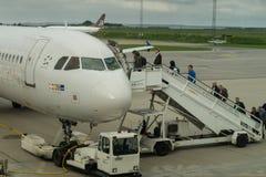 Passagiers die Skandinavisch SAS vliegtuig inschepen Royalty-vrije Stock Fotografie