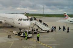 Passagiers die Skandinavisch SAS vliegtuig inschepen Royalty-vrije Stock Foto's