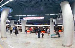 Passagiers die trein wachten bij metro van Centrumnauki Kopernik post Royalty-vrije Stock Fotografie