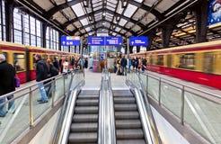 Passagiers die treinen wachten bij de post van Friedrichstrasse s-Bahn Royalty-vrije Stock Afbeeldingen