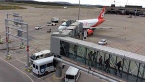 Passagiers die van Air Berlin ontschepen, in de Passeger-Tunnel, Zürich-Luchthaven ZRH, Zwitserland stock videobeelden