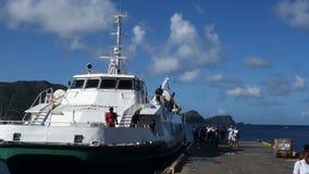 Passagiers die van een inter-eilandveerboot ontschepen in de Caraïben stock footage