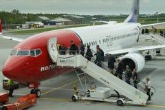 Passagiers die vliegtuig inschepen Royalty-vrije Stock Fotografie