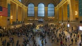 Passagiers die zich bij Grand Central -tijdtijdspanne bewegen stock videobeelden